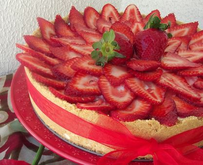 Torta de Leite Condensado e Morangos