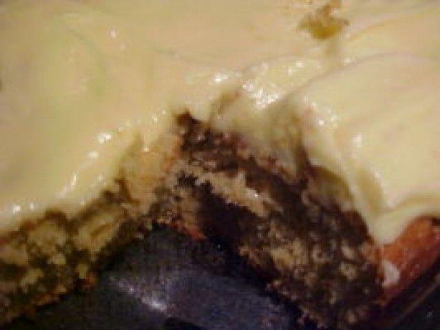 Bolo de banana com cobertura de creme de queijo
