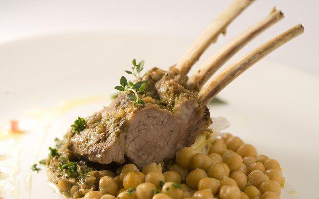 Costeleta de carneiro com grão-de-bico