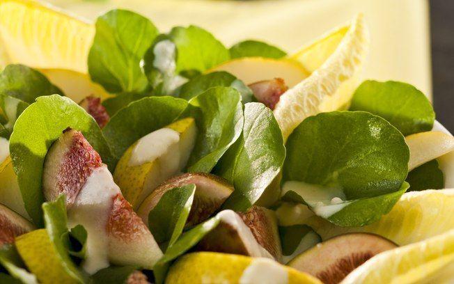 Salada de figo e peras e molho de queijo