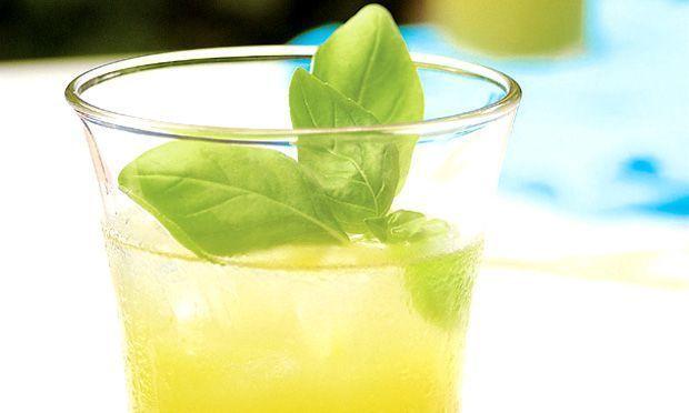 Suco de limão e manjericão