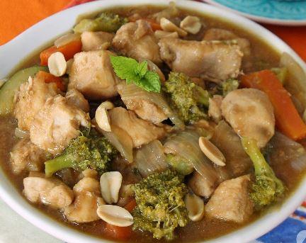 Frango tailandês com amendoin e legumes