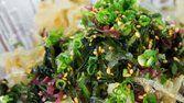Salada de algas com molho de gengibre