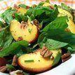 Salada de espinafre com nozes e pêssego